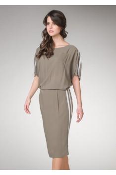 Серое женское платье свободного кроя с карманом и белыми полосками