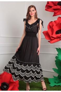 Длинное черное летнее платье с белой вышивкой по низу платья.